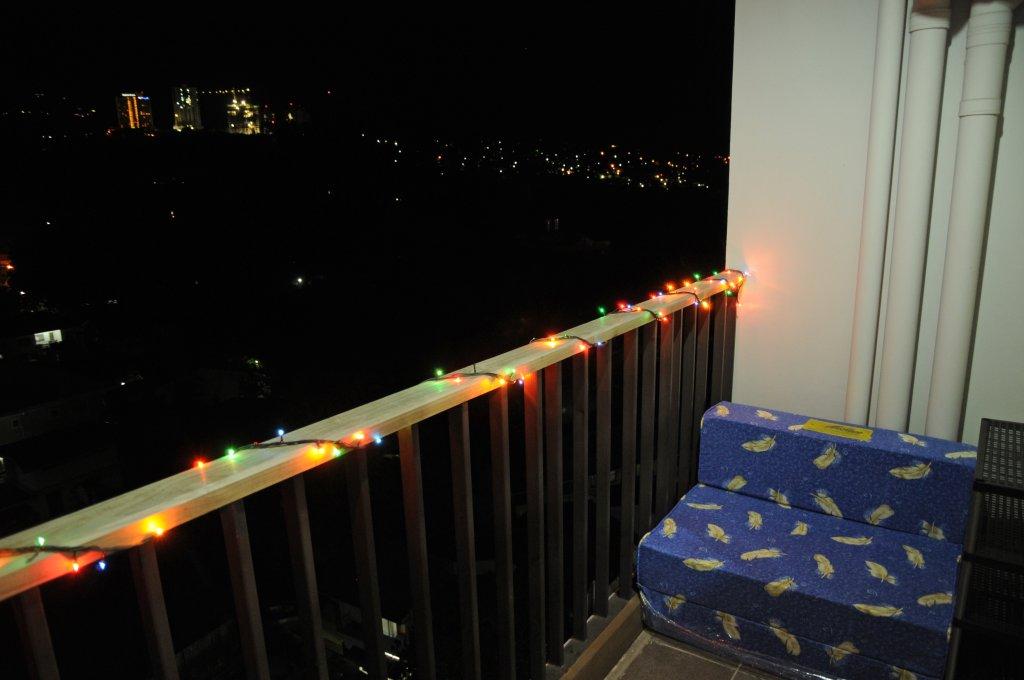 balkon bei nacht mit weihnachtsbeleuchtung leben in. Black Bedroom Furniture Sets. Home Design Ideas
